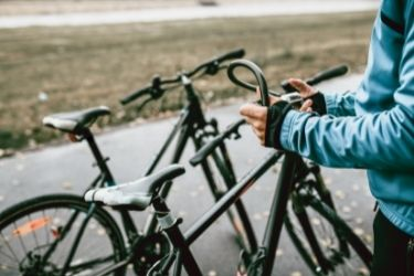 Person using a bike lock